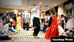 Khách tham gia chơi nhảy sạp tại một sự kiện mừng Tết của Hội Sinh viên Việt Nam tại Đại học Missouri ở Columbia (Mizzou), thành phố Columbia, bang Missouri, Mỹ, vào năm 2016. (Nguồn: Hội Sinh viên Việt Nam tại Mizzou)