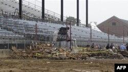 На месте обрушения концертной сцены в городе Индианаполис, штат Индиана. 14 августа 2011 года