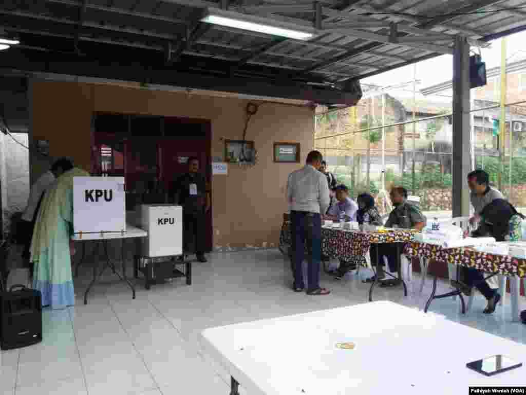 Masyarakat di RW 014, Bintara Jaya, Bekasi Barat, menggunakan hak pilih dalam Pilkada serentak, 27 Juni 2018. (Foto: Fathiyah Wardah/VOA)
