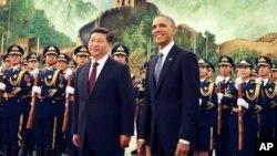 중국을 방문한 바락 오바마 미국 대통령(오른쪽)이 시진핑 중국 국가주석과 함께 12일 베이징 인민대회당에서 열린 환영식에 참석했다.