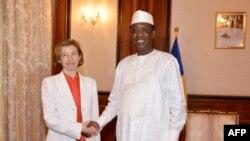 Le président tchadien Idriss Deby Itno serre la main de la ministre française des Forces armées, Florence Parly, avant leur rencontre au palais présidentiel à N'Djamena au Tchad le 31 juillet 2017.