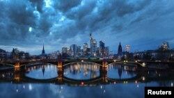 Awan gelap menggantung di atas distrik keuangan di Frankfurt, Jerman, saat pemerintah memperpanjang lockdown untuk menekan penyebaran virus COVID-19, 18 Februari 2021. (REUTERS/Kai Pfaffenbach)