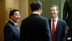 2015年9月23日,中国国家主席习近平访问美国华盛顿州期间与脸书公司创始人扎克伯格交谈,中国互联网大总管鲁炜(左)在一旁笑脸相陪。