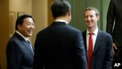 中国国家主席习近平访问美国华盛顿州期间与脸书公司创始人扎克伯格交谈,中国互联网大总管鲁炜在一旁笑脸相陪。(2015年9月23日)