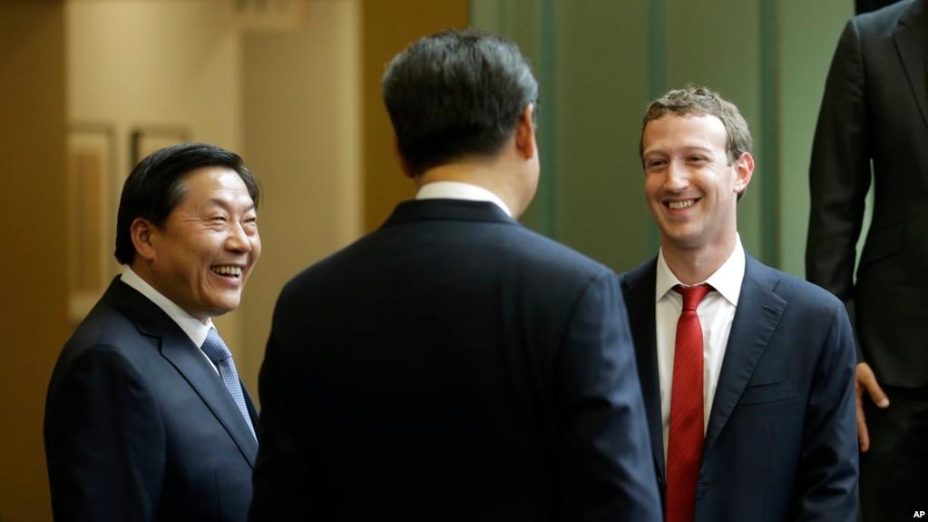 中國國家主席習近平訪問美國華盛頓州期間與臉書公司創始人扎克伯格交談,中國互聯網大總管魯煒(左)在一旁笑臉相陪。 (2015年9月23日)