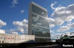 纽约的联合国总部大楼外,各国国旗飘扬