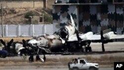 巴基斯坦军队5月23日驶过卡拉奇军事基地内被摧毁的飞机旁