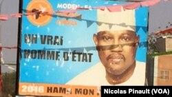 Les affiches de deux candidats à la présidentielle du dimanche, celui du président sortant Issoufou Mahamadou, et d'un de ses adversaires, Hama trônent sur un carrefour, à Niamey, Niger, 17 février 2016. (VOA/Nicolas Pinault).