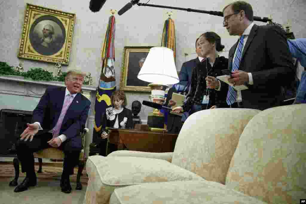 پرزیدنت ترامپ در حاشیه دیدار با رئیس جمهوری مصر، در کاخ سفید با خبرنگاران خوش و بش می کند.