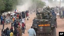 Fransız kuvvetlerinin gelişini sevinçle karşılayan Timbuktu halkı