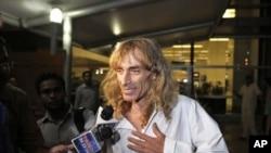 Pemandu wisata Italia, Paulo Bosusco, yang baru dibebaskan pemberontak Maoist, tiba di bandara New Delhi, India (12/4)