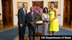 Presidente Barack Obama e Primeira-dama Michelle Obama com José Mário Vaz, Presidente da Guiné-Bissau, e Primeira-dama Rosa Teixeira Goudiaby Vaz, na Sala Azul por ocasião do jantar na Casa Branca, da Cimeira Estados Unidos/ Líderes Africanos