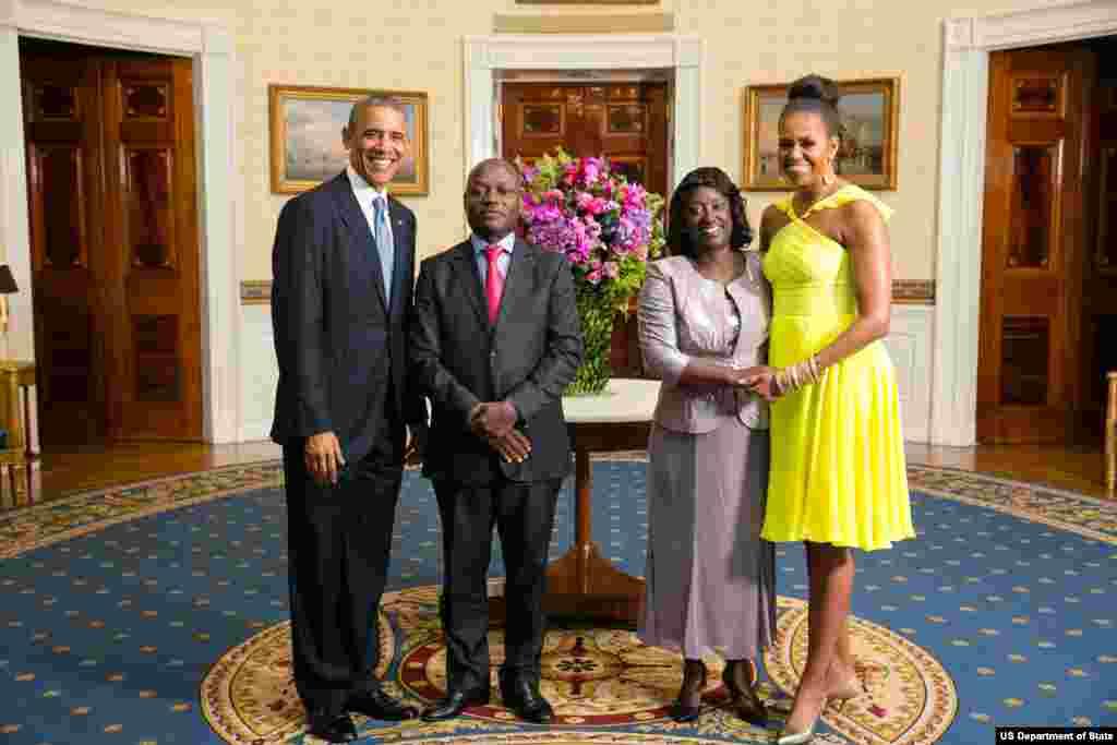 Presidente Barack Obama e a Primeira-dama Michelle Obama com José Mário Vaz, Presidente da República da Guiné-Bissau, e a Primeira-dama Rosa Teixeira Goudiaby Vaz, na Sala Azul por ocasião do jantar na Casa Branca, pela Cimeira Estados Unidos/ Líderes Afr