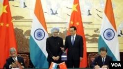 ນາຍົກລັດຖະມົນຕີຈີນ ທ່ານ Li Keqiang (ຂວາ) ແລະນາຍົກລັດຖະມົນຕີ ອິນເດຍ (ຊ້າຍ) ທ່ານ Manmohan Singh 