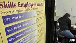 Bảng quảng cáo tuyển nhân viên tại một trung tâm tìm việc làm ở San Jose, California