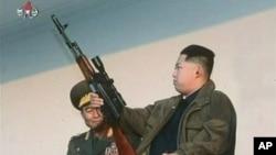 北韓星期天公佈的這張沒註明日期的照片上﹐北韓新領導人金正恩手握武器