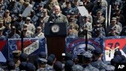 Phó Tổng thống Mike Pence nói chuyện với các binh sĩ Mỹ, Nhật trên chiếc USS Ronald Reagan, tại căn cứ Yokosuka, ngày 19/4/2017