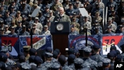 លោកអនុប្រធានាធិបតី Mike Pence ថ្លែងទៅកាន់កងកម្លាំងអាមេរិកាំង និងកងកម្លាងការពារខ្លួនរបស់ជប៉ុន នៅនាវាចម្បាំង USS Ronald Reagan នៅមូលដ្ឋានកងទ័ពជើងទឹក Yokosuka កាលពីថ្ងៃទី១៩ ខែមេសា ឆ្នាំ២០១៧។