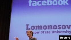 Глава компании Facebook Inc. Марк Цукерберг выступает перед студентами МГУ. Москва, Россия. 2 октября 2012 г.