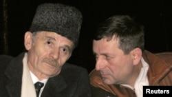 Mustafa Cemiloğlu (solda)