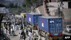 Pakistanski kamioni na graničnom prelazu ka Avganistanu u Torkamu, nedelja, 10. oktobar, 2010.