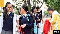 人民力量成員向學生派發紅布。(美國之音湯惠芸)