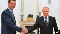 Shugaban Rasha Putin (a dama) da shugaban Syria al-Assad (a hagu)