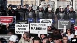 Turkiyalik jurnalistlar internetni nazorat qilishga qaratilgan yangi qonunga qarshi namoyish o'tkazmoqda, 16-fevral, 2013-yil.