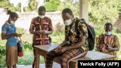 Warga Afrika mengenakan masker di tengah pandemi Covid-19 (foto: ilustrasi).