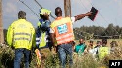 Des inspecteurs regardent un train accidenté près de Kroonstad, à 110 kilomètres de Johannesburg, le 4 janvier 2018.