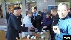在4月份莫斯科俄中工商界的一次活动上,俄罗斯人士展示中国茶文化。(美国之音白桦拍摄)