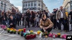 22일 벨기에 브뤼셀 시내에서 시민들이 폭탄 테러 희생자들을 애도하며 초에 불을 붙이고 있다.