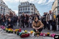 Người dân thắp nến tại một địa điểm tưởng niệm bên ngoài tòa nhà chứng khoán ở Brussels 22/3/2016.