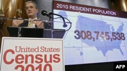 Giám đốc Cục Kiểm tra Dân số Robert Groves loan báo kết quả điều tra dân số Hoa Kỳ năm 2010 tại Câu lạc bộ Báo chí Quốc gia