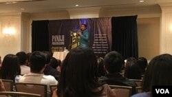 Pandji Pragiwaksono menghibur diaspora Indonesia lewat stand up comedy hari Minggu (4/9) di San Francisco, California (VOA/Vina).