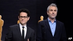 J.J. Abrams, kiri, dan Alfonso Cuaron mengumumkan nominasi Academy Awards ke-87 di Beverly Hills, California.
