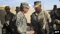 Tướng David Petraeus, trái, gặp thủy quân lục chiến Hoa Kỳ trong chuyến thăm Marjah, Afghanistan, 25/12/2010