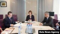 Premijer Srbije Ivica Dačić, visoka predstavnica Evropske unije Ketrin Ešton i predsednik Vlade Kosova Hašim Tači razgovaraju tokom šeste runde dijaloga, 4. marta 2013. godine u Briselu