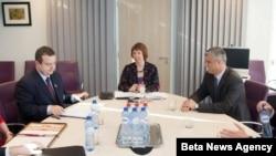 Premijer Srbije Ivica Dačić, visoka predstavnica Evropske unije Ketrin Ešton i predsednik Vlade Kosova Hasim Tači razgovaraju tokom šeste runde dijaloga Beograd-Priština, 4. marta 2013. godine u Briselu.