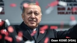 Presiden Turki Recep Tayyip Erdogan dalam acara kampanye di Istanbul, Sabtu (30/3).