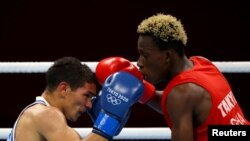 Samuel Takyi wa Ghana akipambana na Ceiber Avila wa Colombia REUTERS / Yara Nardi
