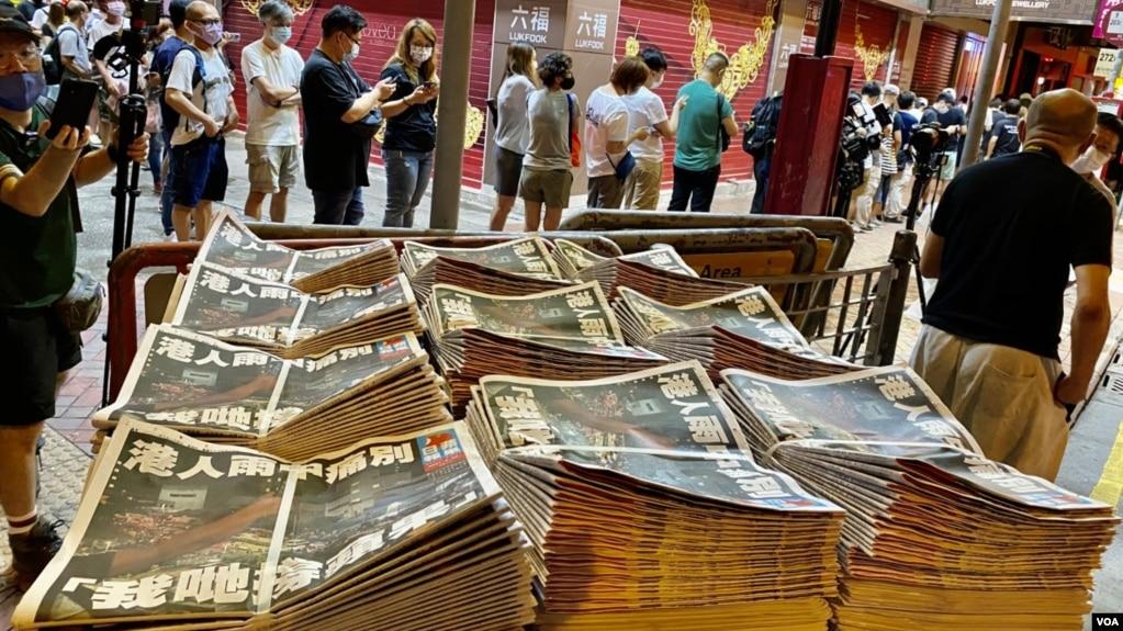 逾千名香港市民6月24日到旺角一个报摊抢购刚出炉的最后一份实体版苹果日报 (美国之音记者汤惠芸拍摄)(photo:VOA)