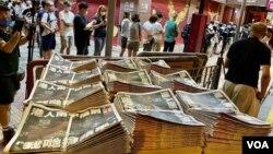 逾千名香港市民6月24日到旺角一個報攤搶購剛出爐的最後一份實體版蘋果日報(美國之音記者湯惠芸拍攝)