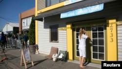 Warga di negara bagian Washington menunggu pembukaan toko ganja 'Cannabis City' di kota Seattle, Selasa (8/7).
