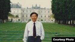 """Việt kiều Hà Lan Trịnh Vĩnh Bình đã phải bỏ trốn khỏi Việt Nam vì bị tuyên án 13 năm tù về tội """"vi phạm các quy định về quản lý và bảo vệ đất đai"""" và tội """"đưa hối lộ."""""""