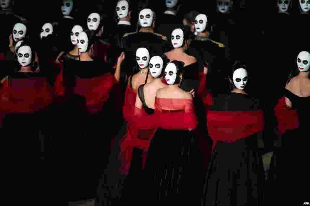 ក្រុមសម្តែង និងក្រុមចម្រៀងធ្វើការសម្តែងអូប៉េរ៉ា «La Traviata» បង្កើតឡើងដោយលោក Giuseppe Verdi រៀបរៀងដោយលោក Louis Desire និងដឹកនាំសម្តែងដោយលោក Daniele Roustioni ក្នុងក្រុង Orange ភាគខាងត្បូងប្រទេសបារាំង នៅអំឡុងពេលពិធីបុណ្យ Choregies d'Orange កាលពីថ្ងៃទី៣១ ខែកក្កដា ឆ្នាំ២០១៦។