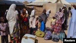 Wasu mutane kennan daga Gwoza, jihar Borno, da tashe-tashen hankula ya raba da gidajensu, suna taro a sansanin 'yan gudun hijira a lokacin da gwamnan jihar Borno Kashim Shettima (babu hotonshi) a garin Mararaba Madagali, jihar Adamawa. Fabrairu 18, 2014.