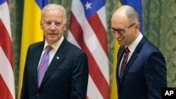Віце-президент США Джозеф Байден і прем'єр-міністр України Арсеній Яценюк у Києві