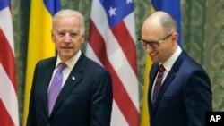 美国副总统拜登11月21日在基辅同乌克兰总理亚采纽克会面。