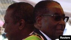 Robert Mugabe (D) e Morgan Tsvangirai
